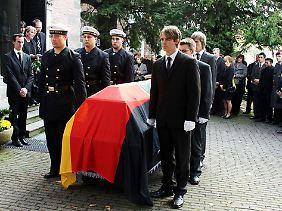 Zu Jennys Beerdigung waren hunderte Menschen gekommen.