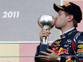 Ein dritter Platz für den Titel: Sebastian Vettel küsst den Pokal des Großen Preises von Japan.