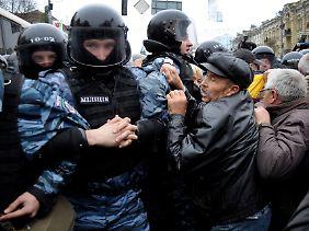 Anhänger von Timoschenko protestierten vor dem Gerichtssaal.