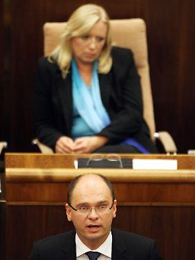 Müde Gesichter im Parlament: Premierministerin Iveta Radicova mit Parlamentspräsident Richard Sulik.