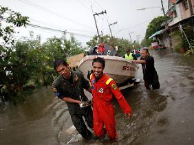 Helfer evakuieren Einwohner aus den betroffenen Gebieten.