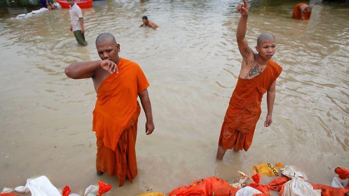 Buddhistische Mönche bauen einen Schutzwall.