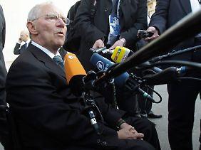 Ein gefragter Mann auf dem Gipfeltreffen in Paris: Wolfgang Schäuble.