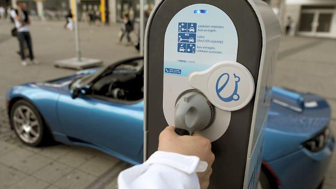 Strom von der Säule: Die Bundesregierung will die Elektrifizierung der Antriebe fördern.