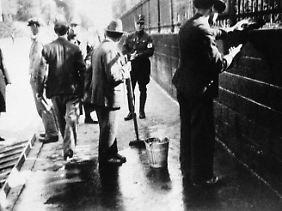Es war eine beliebte Methode der Demütigung: Nazis zwingen Juden dazu,den Bordstein zu schrubben.