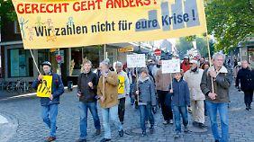 Eine kleine Protestgemeinde trifft sich auch in Kiel.