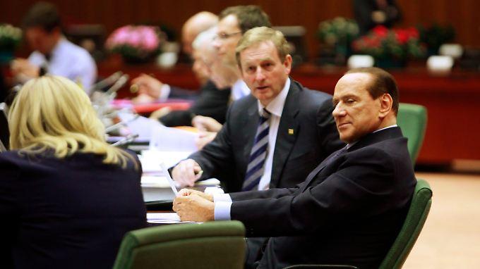 Silvio Berlusconi (r.) in seiner typischen bescheidenen Pose beim Euro-Gipfel.