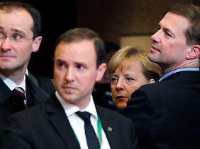Nur noch nach Hause: Angela Merkel und ihr Tross warten auf den Chauffeur.