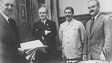 Ribbentrop (2. von links), Stalin (Mitte) und Molotow (rechts) nach der Unterzeichnung des Nichtangriffspakts.