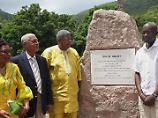 Bei der offiziellen Berg-Umbenennung in St. John's, Antigua. (Premierminister Spencer: 3.v.l.)