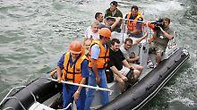 Die Heimreise der befreiten Seeleute begann im Boot, später ging es mit dem Flugzeug weiter.
