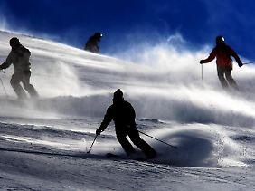 Bevor Skifahrer über die Piste wedeln, sollten sie sich ihren Helm ansehen und ihren Versicherungsschutz.