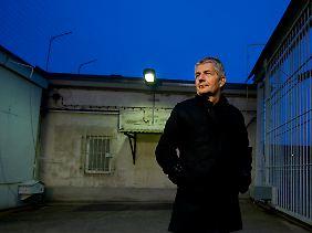 Roland Jahn auf dem Gelände des Stasi-Gefängnisses in Berlin-Hohenschönhausen.