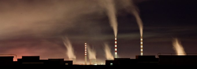 Die Schornsteine eines Kohlekraftwerkes in der chinesischen Stadt Changchun.