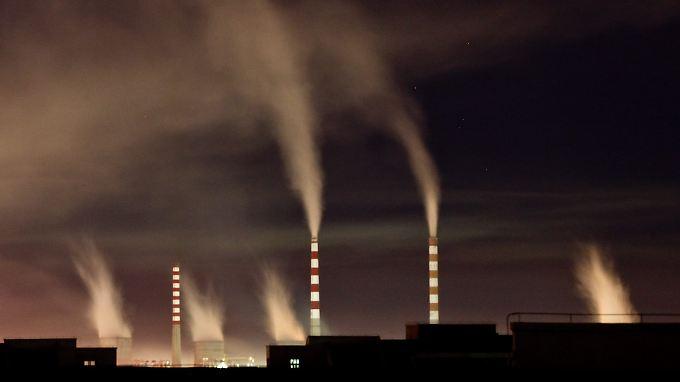 Im Kohlekraftwerk der chinesischen Stadt Changchun rauchen die Schlote.