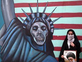 Eine iranische Studentin protestiert in Teheran gegen die Politik der USA und Israels.