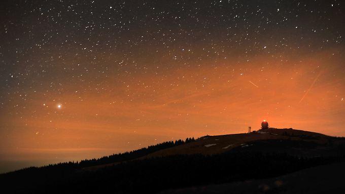 Nachthimmel über der Radarstation auf der Wasserkuppe.