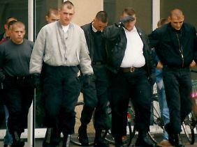 Uwe Böhnhardt (graue Jacke, 4.v.l.) und Uwe Mundlos (r.).