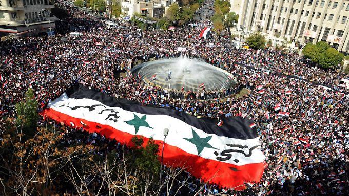 In Damaskus demonstrierten Tausende Menschen gegen die Suspendierung Syriens von der Arabischen Liga.