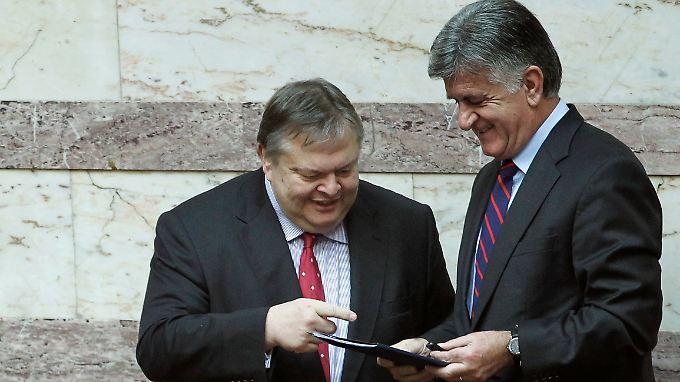 Finanzminister Venizelos übergibt dem Parlamentssprecher Petsalnikos den Haushaltsplan.