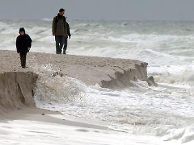 Wer am Strand von Sylt spazieren gehen will, sollte sich passend anziehen.