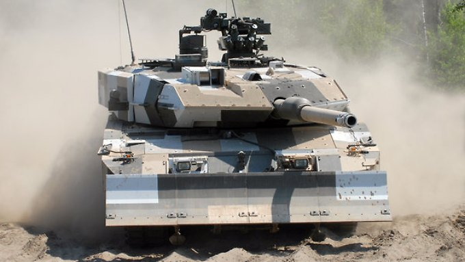 Ein Leopard-2-Panzer auf einem Testgelände.