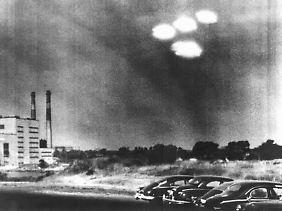 """Vier in Formation fliegende """"Objekte"""" über der Stadt Salem im US-Bundesstaat Massachusetts wurden von einem Kameramann der US-Küstenwache am 16. Juli 1952 um 9.35 Uhr beobachtet."""