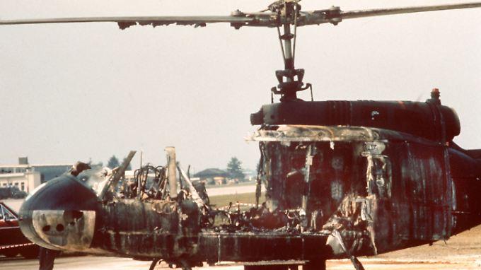 """Ein ausgebrannter Hubschrauber des Bundesgrenzschutzes, in dem bei einem Befreiungsversuch mehrere Geiseln der Terrororganisation """"Schwarzer September"""" ums Leben kamen."""