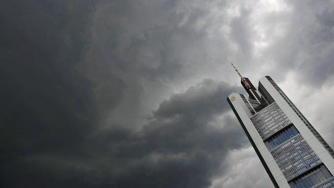 Dunkle Wolken über der Commerzbank-Zentrale in Frankfurt.