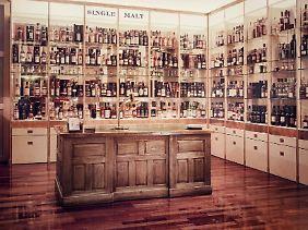 In den Whisky-Regalen von Whisky & Cigars finden sich mehrere hundert Abfüllungen aus diversen Ländern.