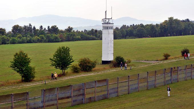 Blick vom einstigen Beobachtungsturm der Amerikaner am Point Alpha zwischen Geisa (Thüringen) und Rasdorf (Hessen) auf die Grenzseite der einstigen DDR.