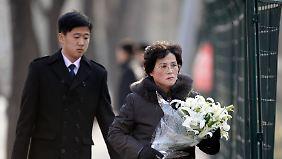 Nordkoreaner bringen Blumen zur nordkoreanischen Botschaft in Peking.