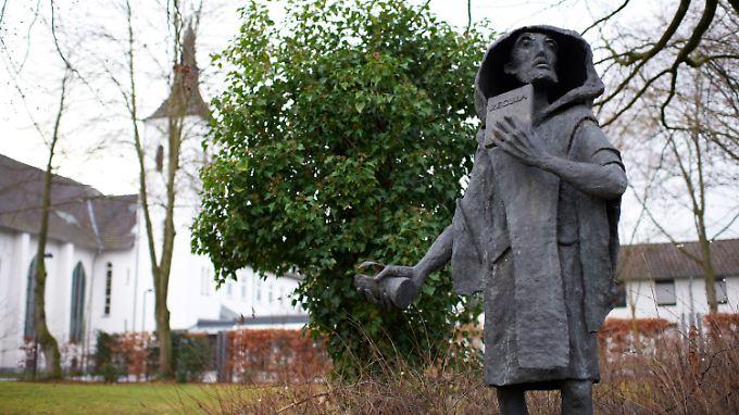 """Die Statue """"Benedikt von Nursia"""" des Künstlers Wilfried Koch vor dem Benedikinerinnen-Kloster Abtei Varensell."""