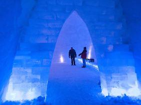 Im Inneren der beleuchteten Schneekirche.