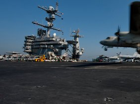 """Raketen, Radargeräte und Flugzeuge an Bord der """"Stennis"""": Die Presse-Fotos der US-Navy sind deutlich schärfer als das Material aus Teheran."""