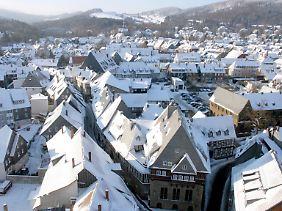 """Winterweiße Dächer in Goslar: Im Mittelalter hieß die Stadt das """"nordische Rom"""". Auf kleinem Raum standen dort fast vier Dutzend Kirchen, Klöster und Kapellen"""