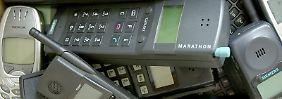 Ausrangiert und in Vergessenheit geraten: Rund 83 Millionen alte Handys liegen nutzlos in Deutschland herum. Foto: Oliver Berg