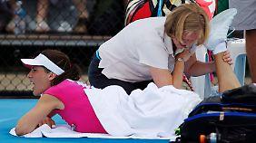 Andrea Petkovic wird während ihres Matches gegen Agnieszka Radwanska in Sydney behandelt.