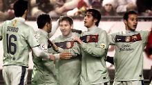 Eine halbe Stunde dabei: Weltfußballer Lionel Messi feiert mit seinem Kollegen Sergi Roberto den Sieg bei CA Osasuna.