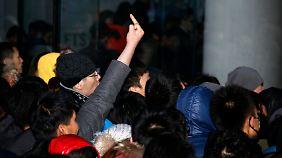 Tumulte zum Verkaufsstart in Peking: iPhone-Fans werfen Eier
