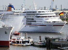"""""""MS Europa"""" im Hafen von Hamburg (Archivbild vom 21. September 2009)."""