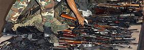 Der Drogenkrieg fordert zehntausende Tote in Kolumbien. Im Bild: beschlagnahmte Waffen.