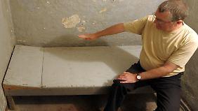 Ein Mitarbeiter der Initiativgruppe Geschlossener Jugendwerkhof Torgau e.V. in einer Zelle im Dunkelzellentrakt des ehemaligen Jugendwerkhofs.