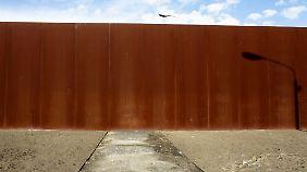 Der ehemalige Kontrollweg auf dem Todesstreifen endet in der Stahlwand der Gedenkstätte Berliner Mauer an der Bernauer Straße.