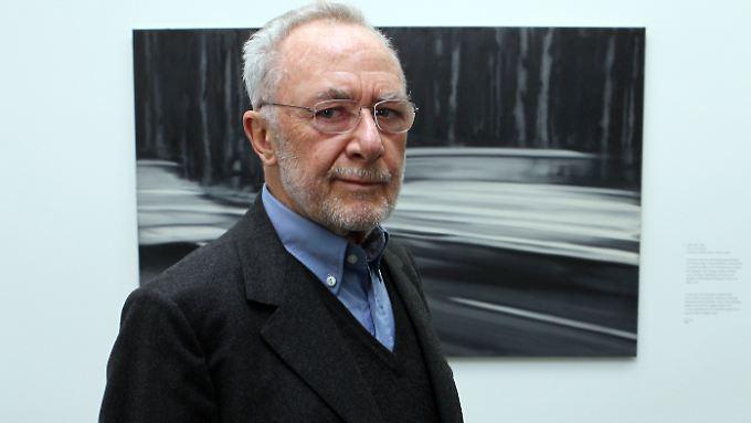 Gerhard Richter vor einem seiner Werke - er selber mag den Rummel um seine Person gar nicht so sehr.
