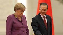 Zuvorkommend: Regierungschef Wen Jiabao heißt Angela Merkel in Peking willkommen.