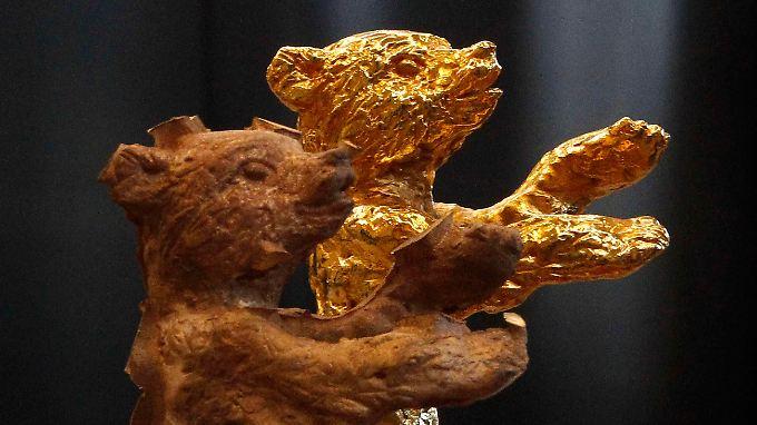 Fast fertig: Goldener und noch nicht goldener Bär.