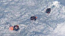"""Rettungsinseln vor der gesunkenen Fähre """"Rabaul Queen"""" vor Papua-Neuguinea."""