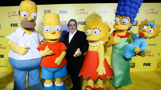 Matt Groening zwischen seinen Simpsons.