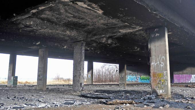 Zumindest eine Seite der Autobahnbrücke ist nach dem Brand nicht mehr tragfähig.